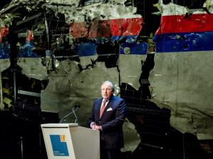 Tjibbe Joustra, presidente del Consejo de Seguridad de Holanda, presenta el informe sobre la catástrofe (Archivo)