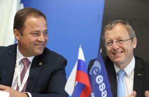 El director general de Roskosmos, Igor Komarov junto al director de la ESA, Johann-Dietrich Werner (derecha)