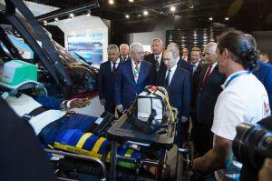 El presidente Putin atendiendo las explicaciones sobre el traslado de accidentados en helicóptero medicalizado