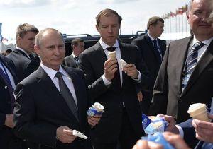 El Presidente Putin con su delegación disfrutando de un delicioso helado