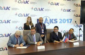 Momento de la firma con los representantes de la delegación malaya