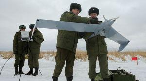 Tropas rusas lanzando un dron
